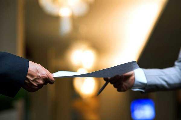 Выдает сертификат